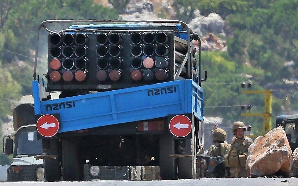 Des soldats libanais à côté d'un camion transportant un lance-roquettes multiple après l'avoir confisqué, dans le village méridional de Shouayya, le 6 août 2021. (Mahmoud ZAYYAT / AFP)
