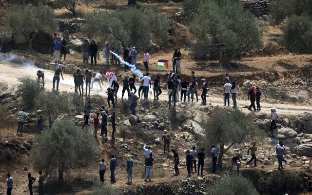 Des manifestants palestiniens affrontent les soldats israéliens pendant une manifestation contre l'avant-poste illégal d'Evyatar, près de Beita, en Cisjordanie, le 6 août 2021. (Crédit :  JAAFAR ASHTIYEH / AFP)