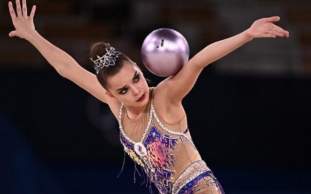 La Russe Dina Averina pendant l'épreuve individuelle de gymnastique rythmique aux Jeux olympiques de Tokyo, au gymnase Ariake, le 7 août 2021. (Crédit : Lionel BONAVENTURE / AFP)