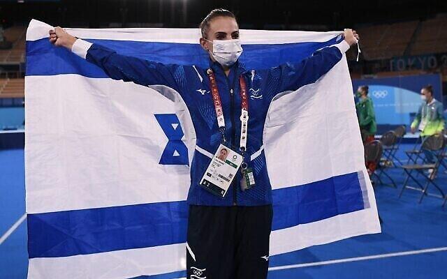 L'Israélienne Linoy Ashram fête sa victoire en finale de gymnastique rythmique  aux Jeux olympiques 2020 de Tokyo, le 7 août 2021. (Crédit :  Lionel BONAVENTURE / AFP)