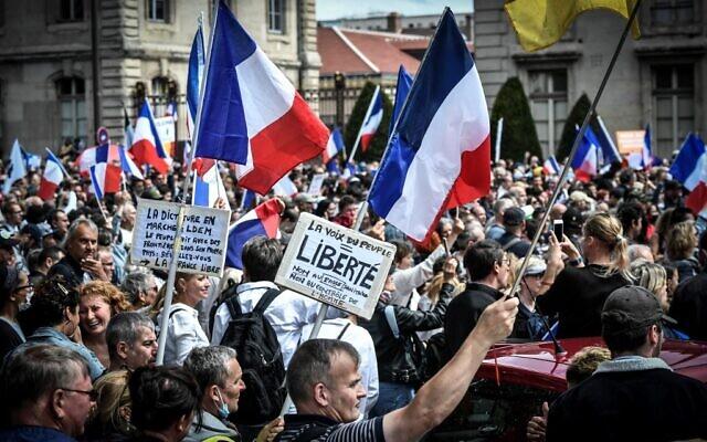 Des manifestants anti-pass sanitaire, près de l'École militaire à Paris, le 7 août 2021. (Crédit : STEPHANE DE SAKUTIN / AFP)