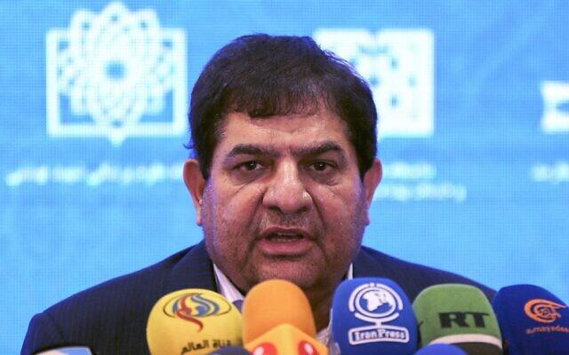Président de la fondation iranienne Setad Mohammad Mokhber prend la parole lors d'une conférence de presse pour annoncer le lancement des deuxième et troisième phases des essais humains d'un vaccin Covid fabriqué localement, à Téhéran, le 15 mars 2021. (Crédit : ATTA KENARE/AFP)