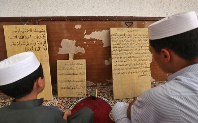 """Une photo montre le 11 août 2021 la mosquée soufie de la ville côtière de Tripoli, Zliten, à 150 kilomètres à l'est de la capitale libyenne, qui est alwo a zawiya -- un terme arabe pour un institut soufi offrant une éducation religieuse et un logement gratuit aux voyageurs -- comprend également un internat et une université. - Malgré la longue histoire du soufisme à travers l'Afrique du Nord, le plongeon de la Libye dans le chaos après l'éviction du dictateur Moamer Kadhafi lors d'une révolte en 2011 a laissé le champ libre aux milices. Parmi elles, des islamistes purs et durs, profondément hostiles aux """"hérétiques"""" soufis et à leurs cérémonies nocturnes mystiques visant à se rapprocher du divin. Pendant ce temps, les adeptes de la tradition mystique musulmane s'efforcent de rénover et de préserver leur patrimoine. (Photo de Mahmud TURKIA / AFP)"""