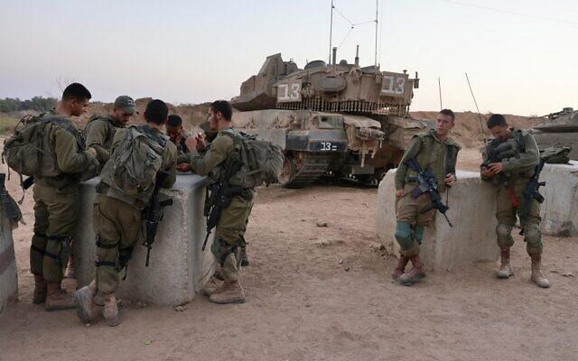 Des soldats israéliens près de la frontière avec Gaza, près de Sdérot, le 24 août 2021. (Crédit : Menahem KAHANA / AFP)