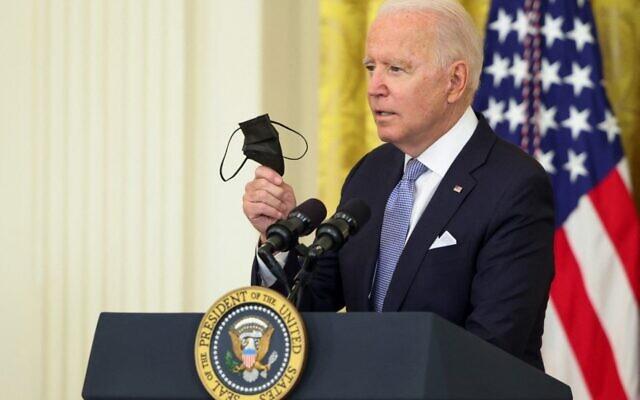 Le président américain Joe Biden avec un masque à la main lors d'un discours prononcé à la Maison Blanche, le 29 juillet 2021. (Crédit : Anna Moneymaker / GETTY IMAGES NORTH AMERICA / Getty Images via AFP)