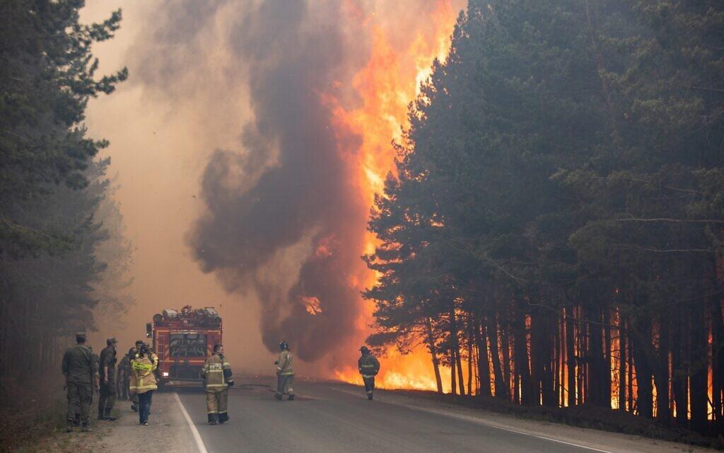 Des pompiers sur les lieux d'un incendie de forêt près du village d'Andreyevsky à l'extérieur de Tioumen, dans l'ouest de la Sibérie, en Russie, le 16 juin 2021. Les feux de forêt en Sibérie libèrent des quantités record de gaz à effet de serre, selon les scientifiques, contribuant au réchauffement climatique. Chaque année, des milliers d'incendies de forêt engloutissent de vastes étendues de la Russie, détruisant les forêts et enveloppant de vastes territoires d'une fumée âcre. Cet été, des incendies particulièrement massifs ont éclaté en Yakoutie, dans le nord-est de la Sibérie, suite à des températures sans précédent. (Crédit : AP Photo/Maksim Slutsky)