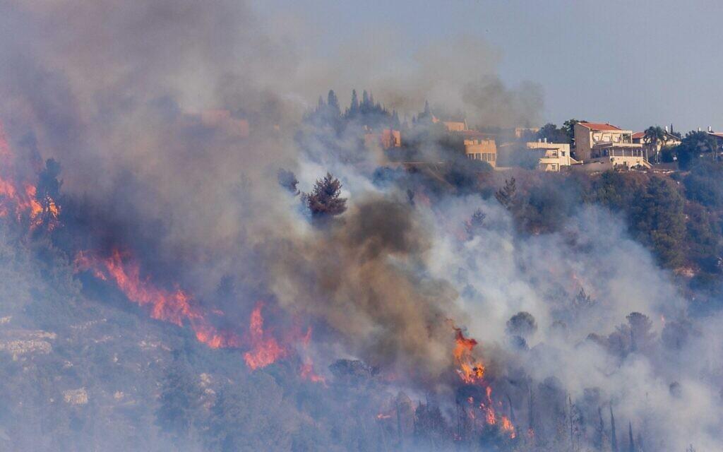 L'incendie dans le moshav Giva'at Ye'arim sur les collines de Jérusalem, le 16 août 2021. (Crédit : Yonatan Sindel/Flash90)