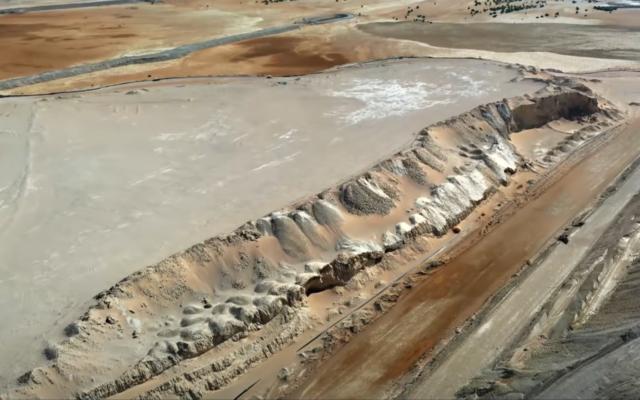 Vue d'un bassin de boues toxiques près de l'usine d'extraction de phosphate de Zin dans le désert du Néguev, le 11 août 2021. (Capture d'écran/Kan)