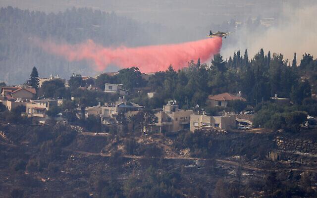 Des avions de pompiers tentent d'éteindre un incendie à l'extérieur de Givat Yearim dans les collines de Jérusalem, le 16 août 2021. (Crédit : Olivier Fitoussi/Flash90)