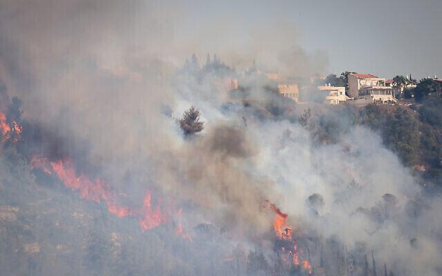 Un feu de forêt près de Givat Yearim à l'extérieur de Jérusalem, le 16 août 2021. (Crédit : Yonatan Sindel/Flash90)