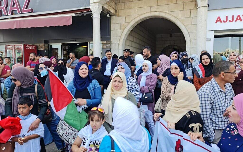 Des Palestiniens et leurs épouses qui demandent des cartes de résidence en Cisjordanie manifestent devant la Commission des Affaires civiles de Ramallah, le 14 juin 2021. (Autorisation)