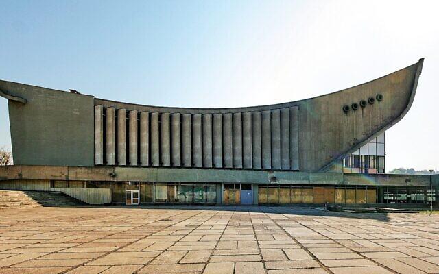 L'ancien palais de la culture et des sports construit sur un ancien cimetière juif à Vilnius, en Lituanie. (Crédit : Wikimedia Commons)