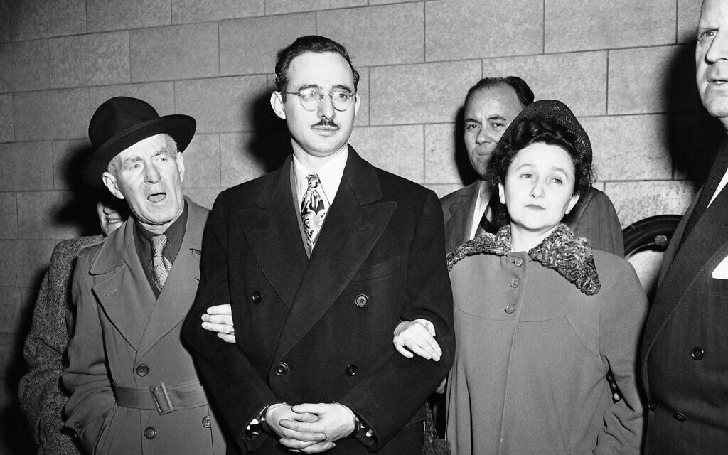 De gauche à droite, Harry McCabe, Marshall adjoint, Julius Rosenberg et sa femme, Ethel Rosenberg, et Anthony H. Pavone, Marshall adjoint, à New York, le 8 mars 1951. (Crédit : AP)