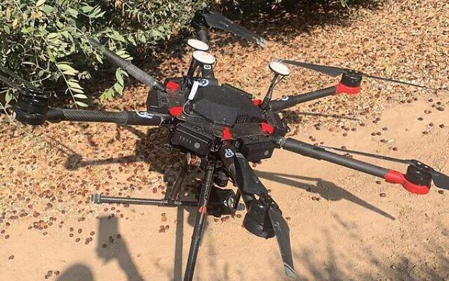 Un drone retrouvé par les soldats israéliens dans le sud d'Israël, qui aurait été lancé par le groupe terroriste du Hamas dans l'espace aérien israélien, le 13 août 2021. (Crédit : Armée israélienne)