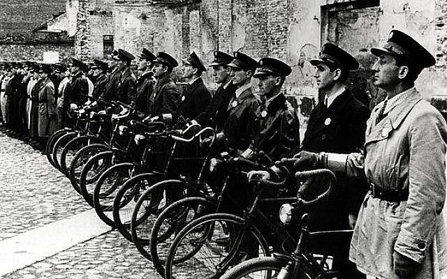 Illustration : Dans le ghetto de Varsovie, en Pologne occupée pendant la Seconde Guerre mondiale, les autorités nazies ont nommé une force de police juive pour maintenir l'ordre et exécuter leurs ordres. (Domaine public)