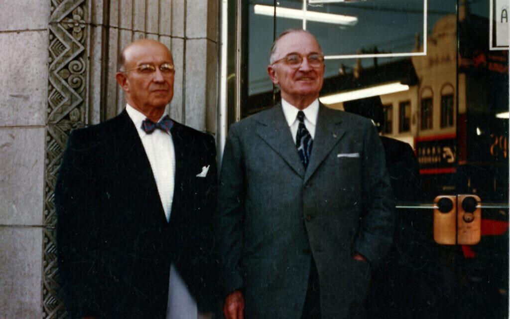 Eddie Jacobson, à gauche, avec l'ancien président américain Harry S. Truman. (Autorisation : Archives nationales)