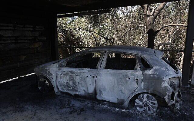 Une voiture brûlée à la suite d'un incendie majeur près de Beit Meir, le 16 août 2021. (Crédit : Yonatan Sindel/Flash90)
