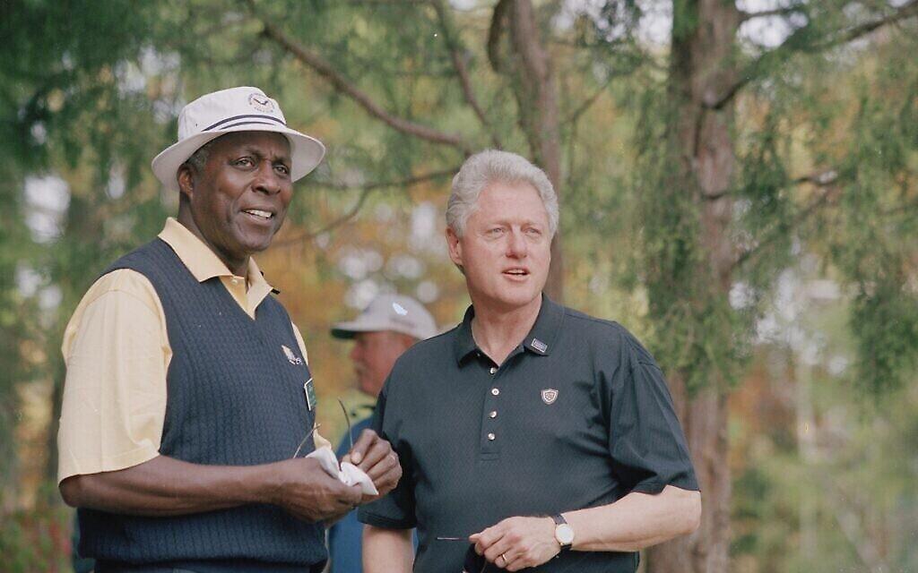 Le président Bill Clinton et son ami proche  Vernon Jordan à la Presidents Cup, au Robert Trent Jones Golf Club de Gainesville, en Virginie, aux États-Unis, au mois d'octobre 2000. (Crédit : image d'archive via Getty Images)