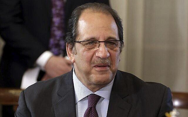 Le chef du renseignement égyptien Abbas Kamel assiste à une réunion des ministres des Affaires étrangères et des chefs du renseignement égyptiens et soudanais au palais Tahrir, au Caire, en Égypte, le 8 février 2018. (Crédits : Khaled Elfiqi/Pool photo via AP)