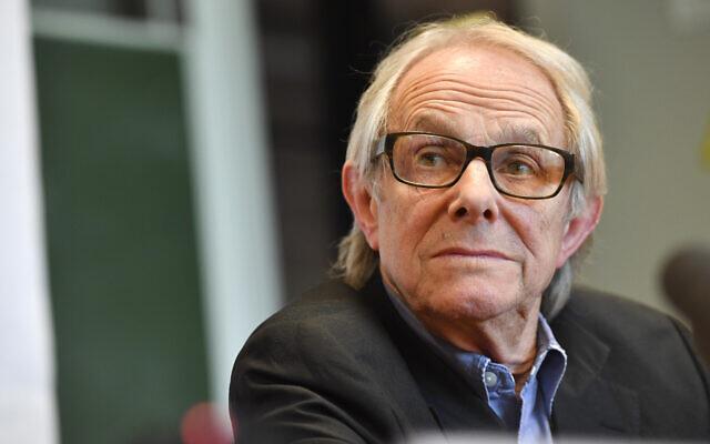 Le réalisateur britannique Ken Loach participe à une conférence de presse avant de recevoir un diplôme honorifique de l'université bruxelloise ULB à Bruxelles le jeudi 26 avril 2018. L'université avait fait l'objet de vives critiques affirmant qu'elle était trop tolérante en décernant à Loach un doctorat honorifique, depuis le réalisateur accusé par le passé d'antisémitisme. (Crédit : AP/Geert Vanden Wijngaert)