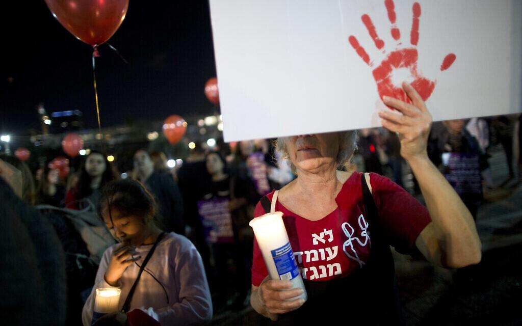 Photo d'illustration : Une manifestation contre les violences faites aux femmes à Tel Aviv, le 4 décembre 2021. (Crédit : AP Photo/Oded Balilty)