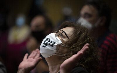 Magda Fyssa, la mère du défunt chanteur de rap grec Pavlos Fyssas, qui a été poignardé et tué par un partisan du parti d'extrême droite Aube dorée en 2013 déclenchant une répression contre le parti néo-nazi, réagit immédiatement après le prononcé du verdict d'une décision de justice en Athènes, mercredi 7 octobre 2020. (Crédit : AP/Petros Giannakouris)