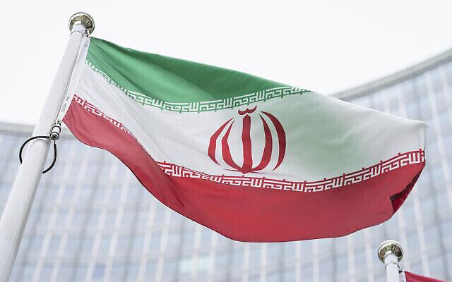 Le drapeau iranien devant le siège de l'Agence internationale de l'énergie atomique à Vienne, en Autriche, le 24 mai 2021. (Crédit : Florian Schroetter/AP)