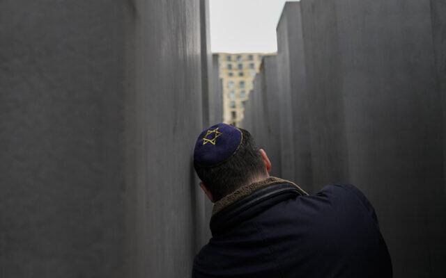 Un homme au Mémorial de la Shoah à Berlin, en Allemagne, le 27 mai 2021. (Crédit : AP Photo/Markus Schreiber)