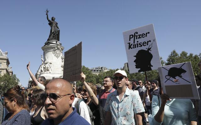 Photo d'illustration : Des manifestants défilent sur la Place de la République lors d'une manifestation anti-pass sanitaire à Paris, le samedi 14 août 2021. (Crédit : AP Photo/Adrienne Surprenant)