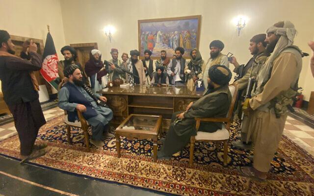 Des combattants talibans prennent le contrôle du palais présidentiel afghan après la fuite du président afghan Ashraf Ghani à Kaboul, en Afghanistan, le dimanche 15 août 2021. (Crédit : AP Photo / Zabi Karimi)