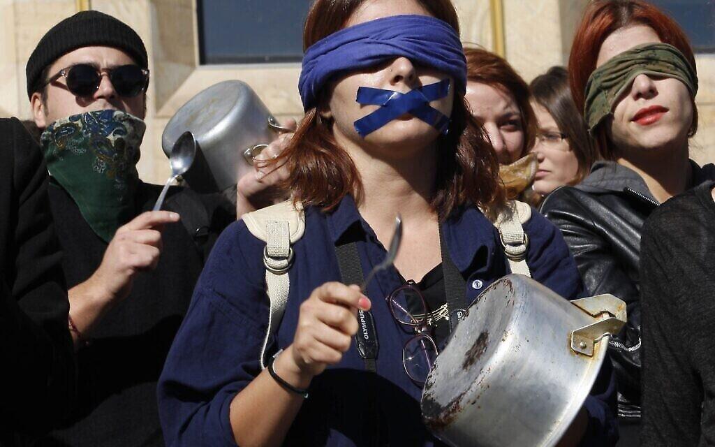 Photo d'illustration : Des manifestantes frappent sur des casseroles lors d'un mouvement de protestation contre les violences conjugales à Tbilisi, en Géorgie, le 21 octobre 2014. (Crédit : AP Photo/Shakh Aivazov)