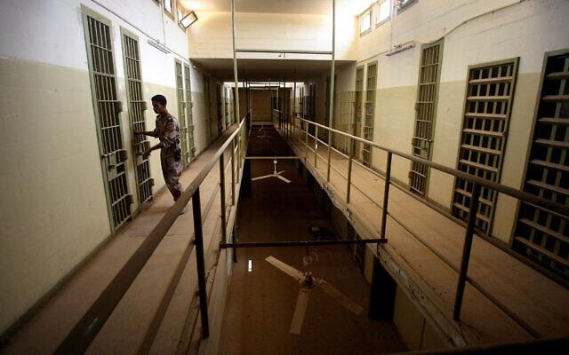 Photo d'illustration - un soldat irakien ferme la porte d'une cellule de la prison d'Abu Ghraib, aux abords de Bagdad, le 2 septembre 2006. (Crédit :  AP Photo/Khalid Mohammed, File)