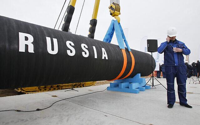 Un ouvrier de construction russe dans la baie de Portovaya, à environ 170 kilomètres de St. Petersburg, en Russie, pendant une cérémonie marquant le lancement de la construction du gazoduc Nord Stream, le 9 avril 2010. (Crédit : AP Photo/Dmitry Lovetsky, file)
