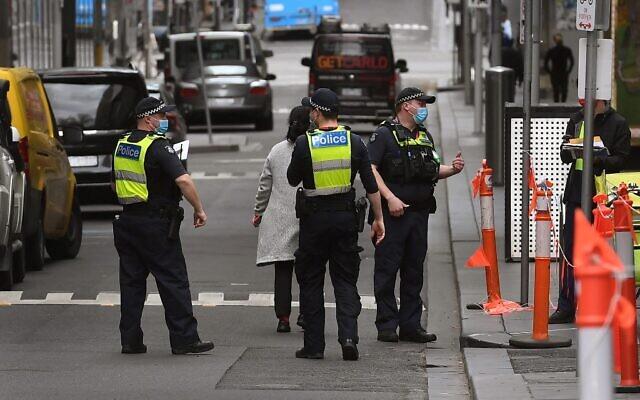 La police a patrouillé dans une rue de Melbourne le 12 août 2021, alors que cinq millions d'habitants de la deuxième plus grande ville d'Australie resteront sous le coup d'un ordre de rester à la maison pendant au moins une semaine de plus. (Crédit : William WEST / AFP)