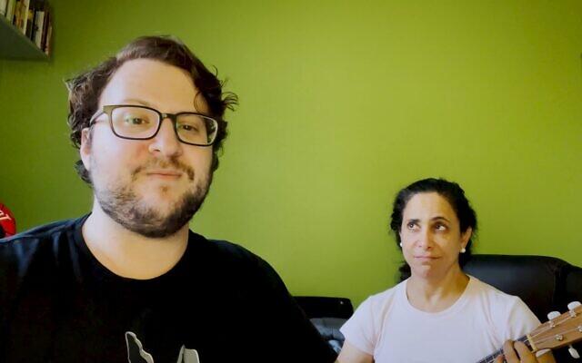 """Avishai et Naomi Weinberger chantent """"The Anti-Vaxxer's Lament""""(Complainte d'un Antivaccin), une réponse satirique aux activistes comparant les restrictions COVID à la Shoah. (Crédit : capture d'écran YouTube)"""