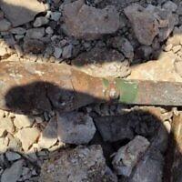 Une photo de la police montre un obus de bazooka non explosé découvert sur la colline des munitions à Jérusalem le 1er août 2021. (Crédit : Police israélienne)
