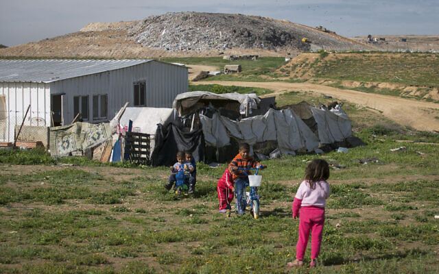 Une communauté bédouine vivant à côté de la plus grande décharge d'Israël, près de la ville de Rahat dans le sud d'Israël, le 10 août 2016 (Crédit : Yaniv Nadav/Flash90).