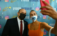 Le Premier ministre Naftali Bennett rencontre l'actrice et influenceuse de réseaux sociaux Shira Levi à Tel Aviv le 5 août 2021. (Crédit : Haim Zach / GPO)