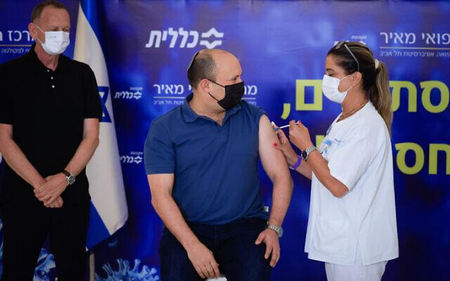Le Premier ministre Naftali Bennett reçoit sa troisième injection de vaccin contre le COVID-19 à l'hôpital Meir de Kfar Saba, le 20 août 2021. (Crédit : Olivier Fitoussi/Flash90)