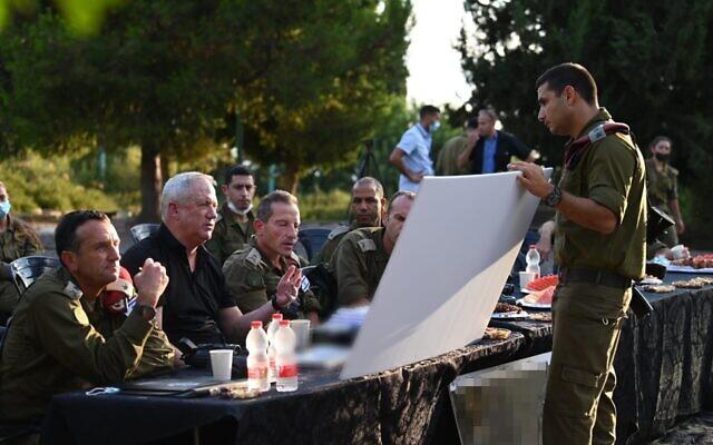 Le ministre de la Défense Benny Gantz s'entretient avec des responsables militaires du commandement nord de Tsahal, le 10 août 2021. (Crédit : Ariel Hermoni/Ministère de la Défense)