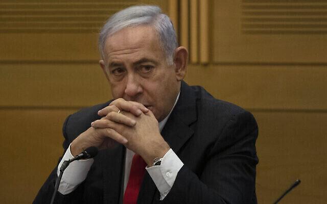 Benjamin Netanyahu s'adresse à des membres du parti d'opposition du Likud, au lendemain de l'assermentation d'un nouveau gouvernement, à la Knesset à Jérusalem, le 14 juin 2021. (Crédit : AP Photo/Maya Alleruzzo)