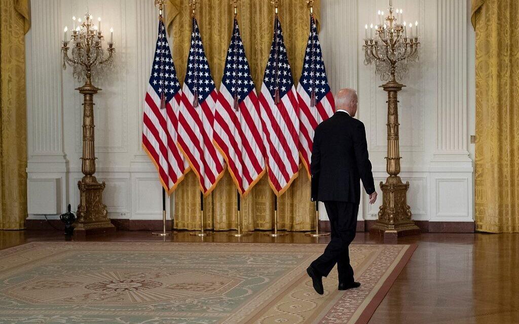 Le président américain Joe Biden quitte la salle Est de la Maison Blanche, après avoir parlé de la prise de contrôle de l'Afghanistan par les Talibans, le 16 août 2021 à Washington, DC. (Crédit : Brendan Smialowski / AFP)