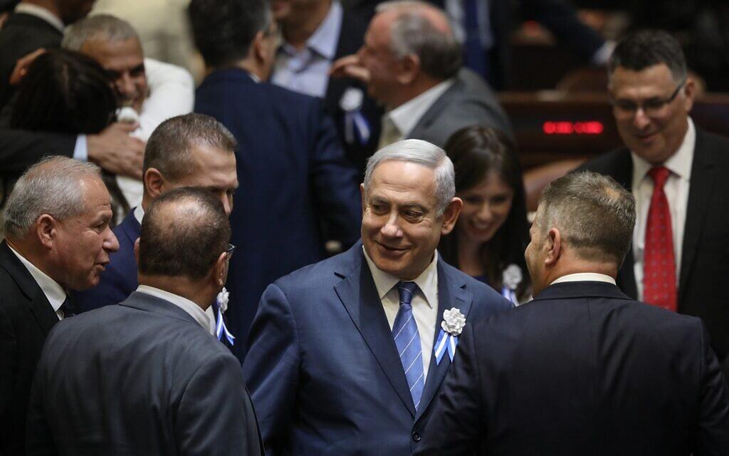 L'ancien Premier ministre Benjamin Netanyahou est entouré de législateurs du Likoud lors de la cérémonie de prestation de serment à la Knesset le 30 avril 2019. (Crédit : Noam Revkin Fenton/Flash90)