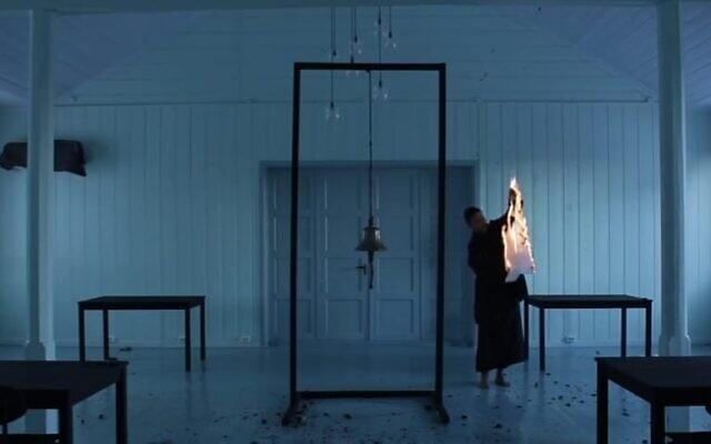 """L'artiste Gregory Israel Abou a brûlé un papier portant le nom """"YHVH"""", dans une vidéo qui a provoqué un tollé. (Capture d'écran de la vidéo)"""