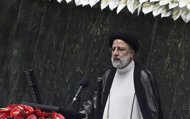 Le président Ebrahim Raisi prononce un discours après avoir prêté serment lors d'une cérémonie au parlement à Téhéran, en Iran, le 5 août 2021. (Crédit : AP Photo/Vahid Salemi)