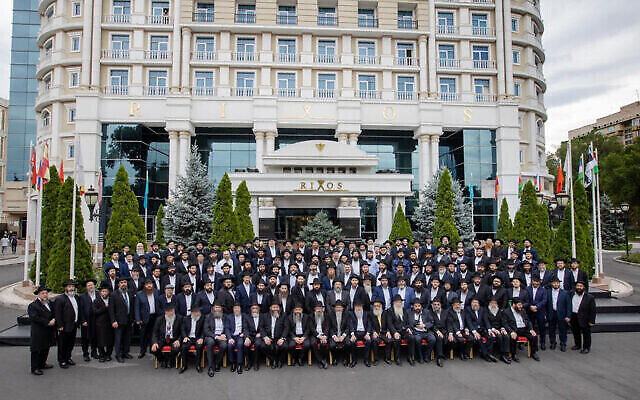 Des rabbins Chabad de toute l'ancienne Union soviétique posent pour une photo de groupe à Almaty, au Kazakhstan, le 29 juillet 2021.(Crédit : Yehezkel Itkin via JTA)