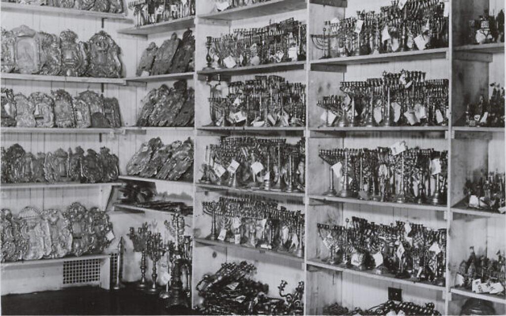 Matériaux récupérés par le Jewish Cultural Reconstruction, Inc. dans les entrepôts du Musée juif, vers 1949. (Crédit : Archives du Musée juif, New York)