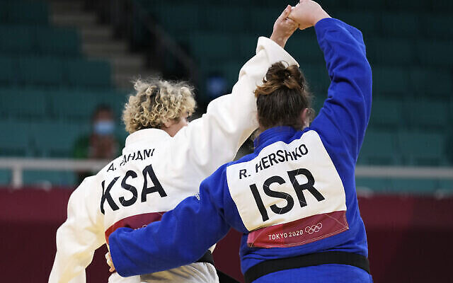 Tahani Alqahtani (Arabie saoudite, à gauche) et Raz Hershko (Israël) réagissent après avoir participé à leur match de judo féminin de +78kg en éliminatoire aux Jeux olympiques d'été de 2020, le 30 juillet 2021, à Tokyo, au Japon. (Crédit : AP Photo/Vincent Thian)