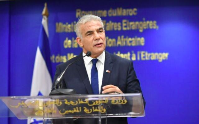 Le ministre des Affaires étrangères Yair Lapid s'est exprimé lors d'une cérémonie avec le ministre marocain des Affaires étrangères Nasser Bourita Rabat, le 11 août 2021 (Crédit : Shlomi Amsalem, GPO)