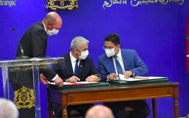 Le ministre des Affaires étrangères Yair Lapid (G) et le ministre marocain des Affaires étrangères Nasser Bourita (D) ont signé trois accords-cadres à Rabat, le 11 août 2021. (Crédit : Shlomi Amsalem, GPO)